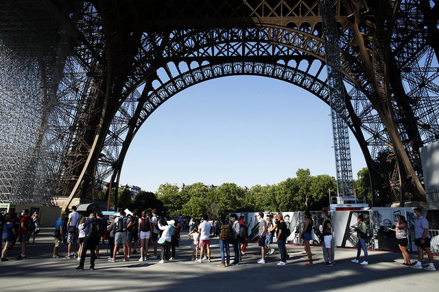 Tháp Eiffel đón khách trở lại sau 3 tháng đóng cửa do COVID-19 - Ảnh 1.