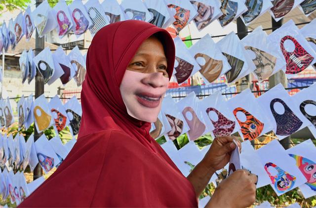 Khẩu trang cách điệu hút khách tại Indonesia và Malaysia - Ảnh 1.