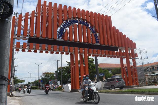 Xây dựng cổng chào TP Long Xuyên trên 6,8 tỉ đồng là lãng phí - Ảnh 1.
