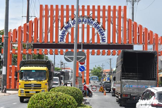 Xây dựng cổng chào TP Long Xuyên trên 6,8 tỉ đồng là lãng phí - Ảnh 3.