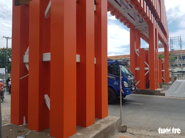 Xây dựng cổng chào TP Long Xuyên trên 6,8 tỉ đồng là lãng phí - Ảnh 4.