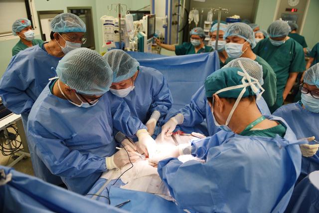 Gần 100 y bác sĩ bắt đầu ca đại phẫu 12 tiếng tách rời cặp song sinh phức tạp nhất Việt Nam - Ảnh 1.