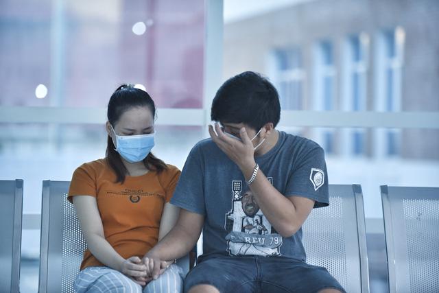 Gần 100 y bác sĩ bắt đầu ca đại phẫu 12 tiếng tách rời cặp song sinh phức tạp nhất Việt Nam - Ảnh 8.