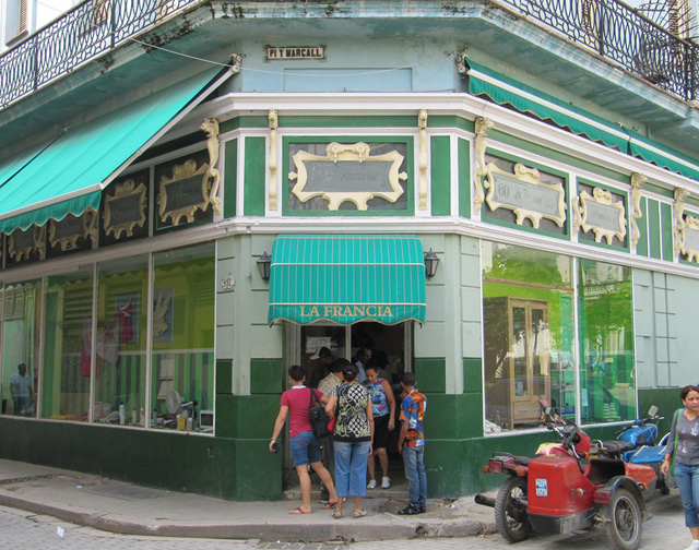 Cuba dỡ bỏ mức thuế 10% đối với đồng USD nhằm thúc đẩy nền kinh tế - Ảnh 1.
