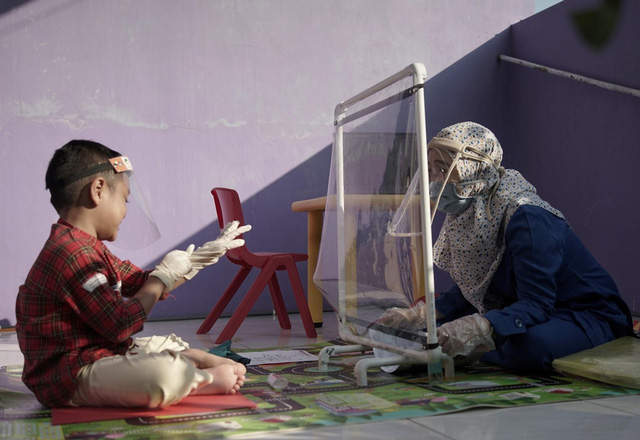 Trường mẫu giáo Indonesia sáng tạo để đưa học sinh đến lớp thời COVID-19 - Ảnh 1.
