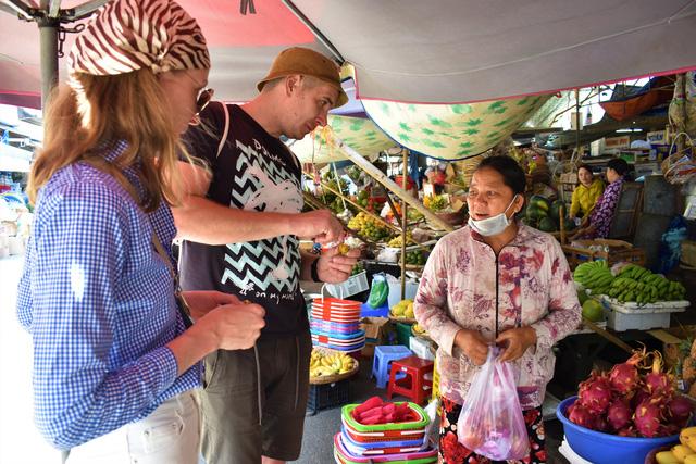 Nha Trang tiếp tục đón khách du lịch đồng thời với chống dịch - Ảnh 1.