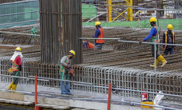 Malaysia giới hạn lĩnh vực làm việc đối với lao động nước ngoài - Ảnh 1.