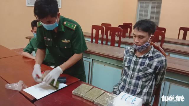 Bắt 2 nghi phạm nghi chuyển heroin và ma túy đá qua ngõ Campuchia - Ảnh 2.