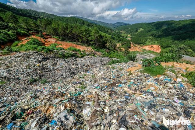 Núi rác Cam Ly lại ập xuống thung lũng - Ảnh 2.