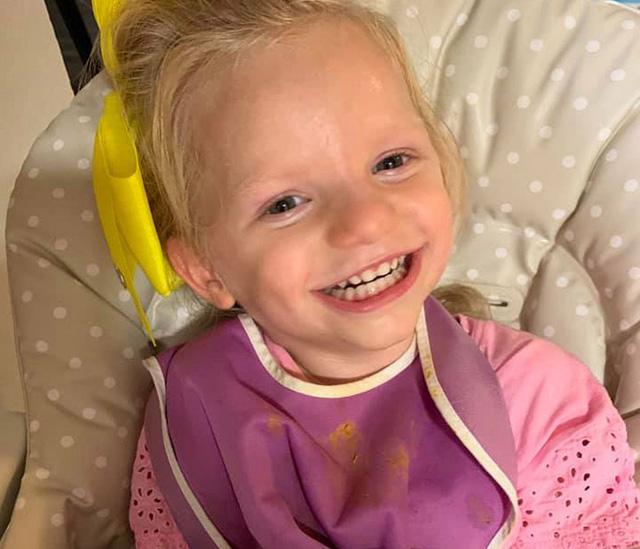 Cô bé dù đau đớn vẫn cười tươi vì mắc hội chứng thiên thần - Ảnh 1.