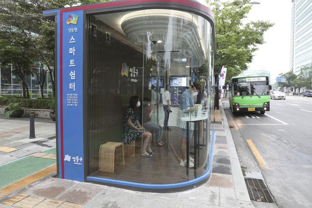 Hàn Quốc lắp đặt nhà chờ xe buýt thông minh chống lây nhiễm COVID-19 - Ảnh 1.