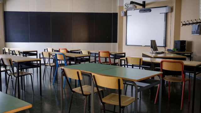Trường học Italy cưa nhỏ bàn ghế để học sinh giãn cách xã hội - Ảnh 1.