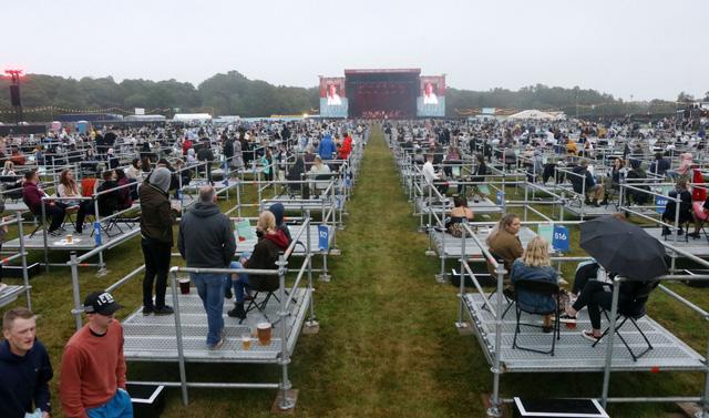 Chương trình hòa nhạc giãn cách xã hội đặc biệt tại Anh - Ảnh 1.
