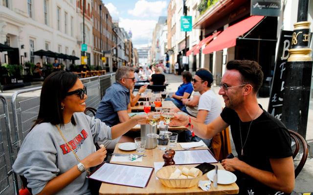 Các nhà hàng tại Anh đắt khách trở lại - Ảnh 1.