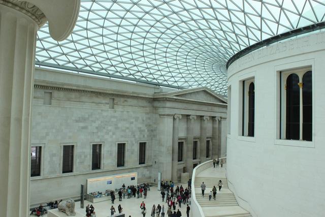 Hiện vật tại Bảo tàng Anh hư hại vì thiếu hơi thở của du khách - Ảnh 1.