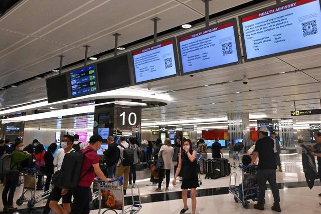Người nhập cảnh Singapore phải đeo thiết bị theo dõi, tự cách ly - Ảnh 1.