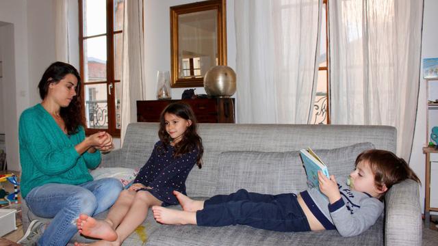 Chính phủ Pháp trả 84% lương cho bố mẹ ở nhà trông con nghỉ học tránh COVID-19 - Ảnh 1.