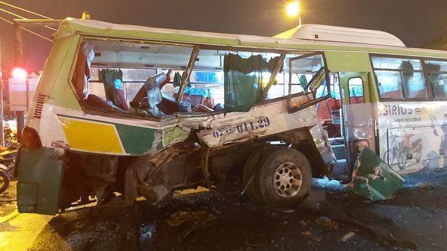 Xe tải tông ngang xe buýt giữa ngã tư, 20 người nhập viện - Ảnh 1.