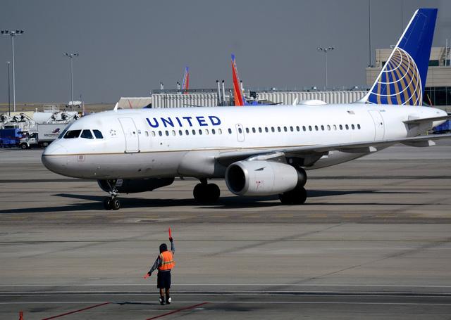 Các hãng hàng không lớn của Mỹ ngừng thu phí đổi chuyến - Ảnh 1.
