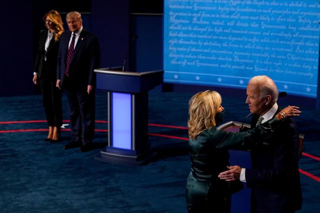 Trump - Biden công kích lẫn nhau về chống dịch COVID-19 - Ảnh 1.