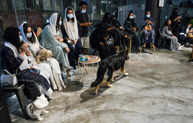 Quán cà phê đầu tiên dành cho người nuôi chó tại Saudi Arabia - Ảnh 1.