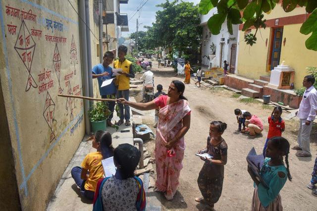Học ngoài trời tại Ấn Độ thời dịch COVID-19 - Ảnh 1.