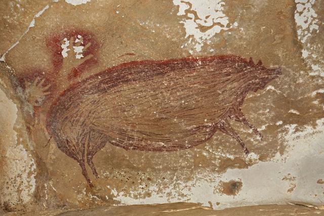 Phát hiện bức tranh hang động lâu đời nhất thế giới tại Indonesia - Ảnh 1.