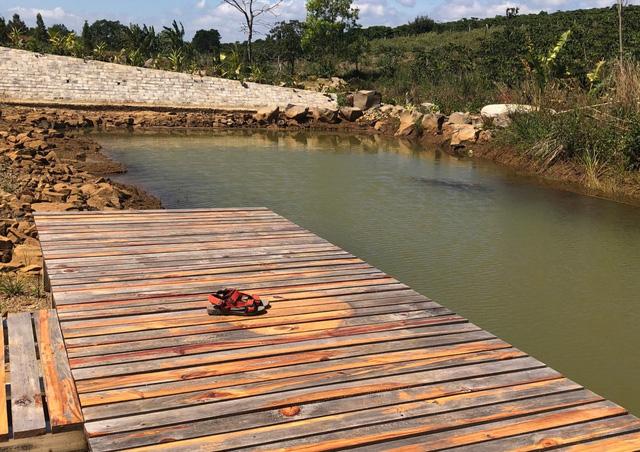 Rơi xuống hồ nước trong khu vực phân lô bán nền, bé gái 12 tuổi chết đuối - Ảnh 1.