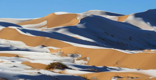 Tuyết phủ trắng vùng sa mạc nóng nhất Trái Đất Sahara - Ảnh 1.