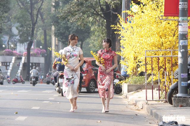 Lễ hội Tết Việt chưa bắt đầu, nhiều bạn gái đã xúng xính váy áo với đường mai - Ảnh 2.