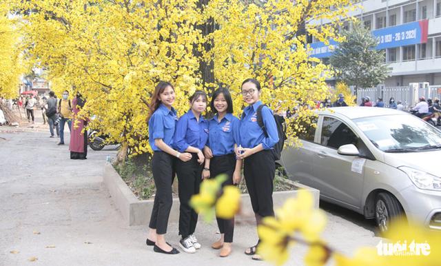 Lễ hội Tết Việt chưa bắt đầu, nhiều bạn gái đã xúng xính váy áo với đường mai - Ảnh 5.