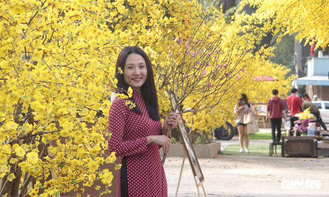 Lễ hội Tết Việt chưa bắt đầu, nhiều bạn gái đã xúng xính váy áo với đường mai - Ảnh 6.