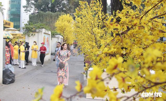 Lễ hội Tết Việt chưa bắt đầu, nhiều bạn gái đã xúng xính váy áo với đường mai - Ảnh 1.
