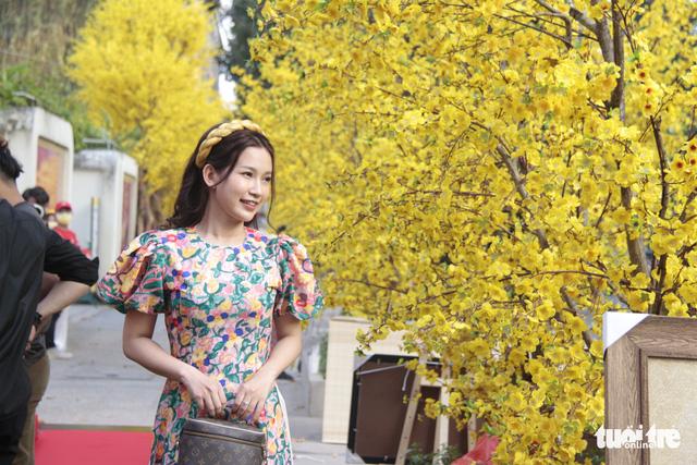 Lễ hội Tết Việt chưa bắt đầu, nhiều bạn gái đã xúng xính váy áo với đường mai - Ảnh 4.