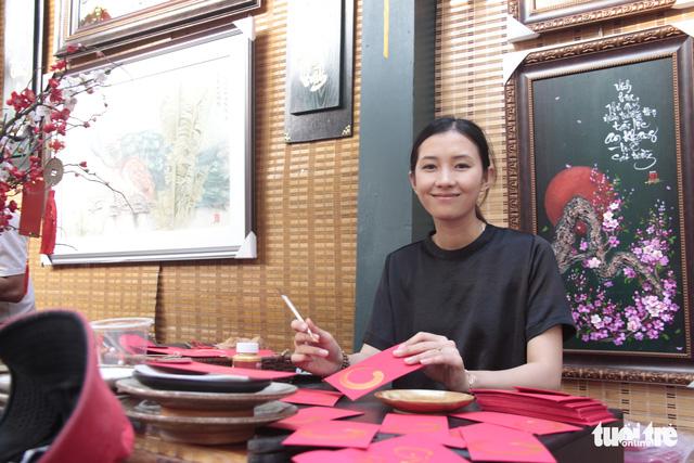 Lễ hội Tết Việt chưa bắt đầu, nhiều bạn gái đã xúng xính váy áo với đường mai - Ảnh 10.