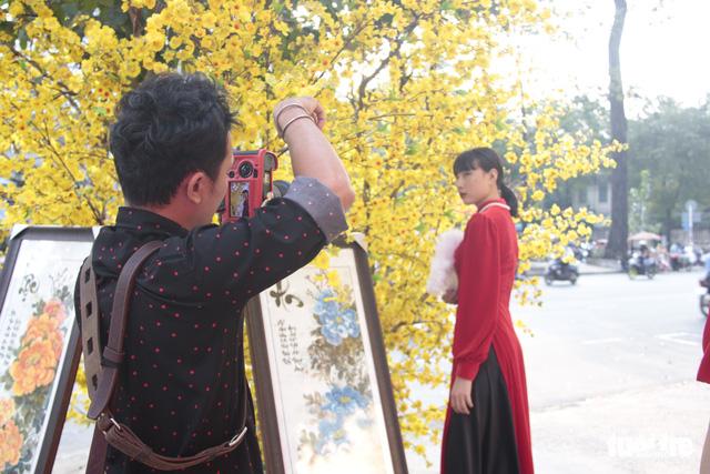 Lễ hội Tết Việt chưa bắt đầu, nhiều bạn gái đã xúng xính váy áo với đường mai - Ảnh 11.