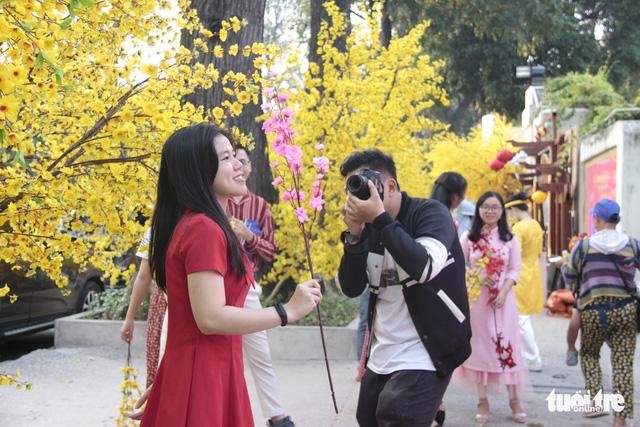 Lễ hội Tết Việt chưa bắt đầu, nhiều bạn gái đã xúng xính váy áo với đường mai - Ảnh 12.