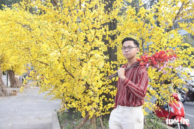 Lễ hội Tết Việt chưa bắt đầu, nhiều bạn gái đã xúng xính váy áo với đường mai - Ảnh 13.