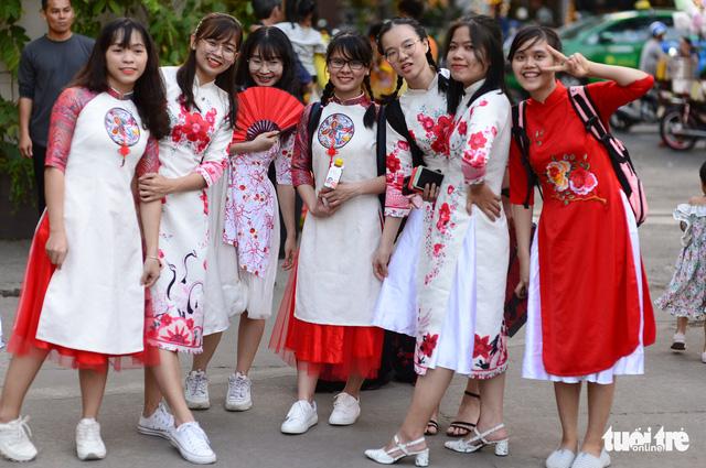 Văn nghệ sĩ diện áo mới du xuân lễ hội Tết Việt Tân Sửu 2021 - Ảnh 10.