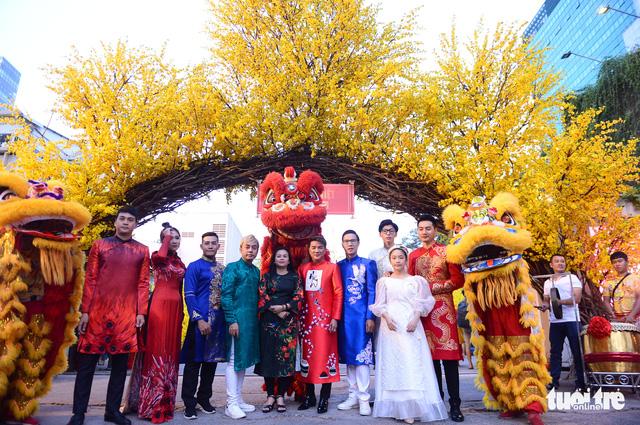 Văn nghệ sĩ diện áo mới du xuân lễ hội Tết Việt Tân Sửu 2021 - Ảnh 1.