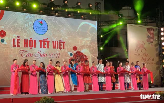 Văn nghệ sĩ diện áo mới du xuân lễ hội Tết Việt Tân Sửu 2021 - Ảnh 7.