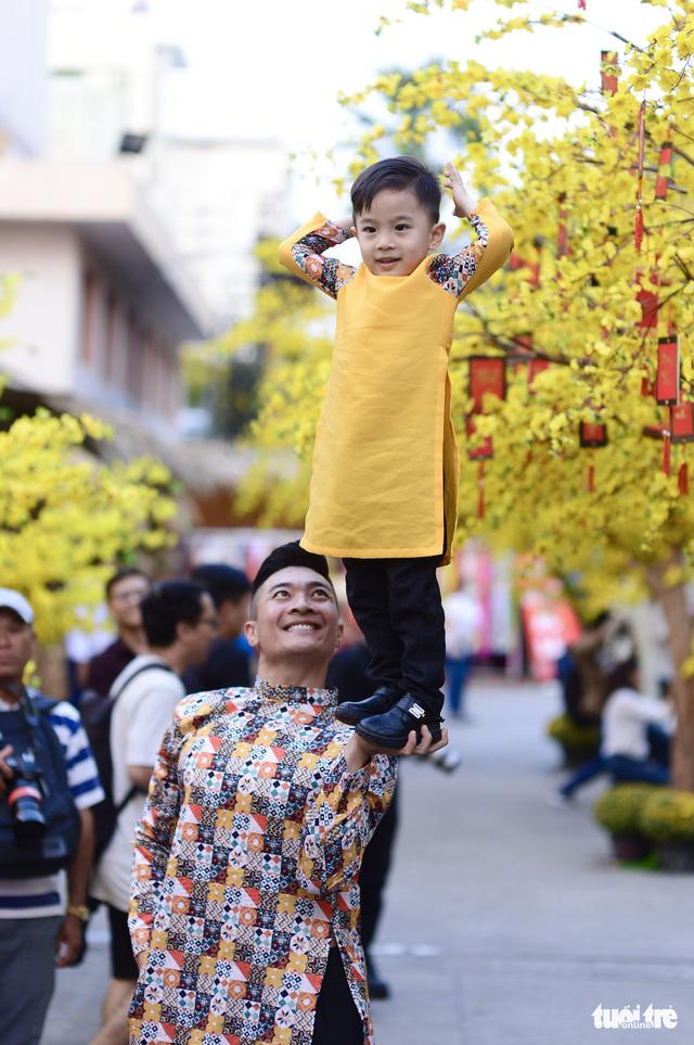 Văn nghệ sĩ diện áo mới du xuân lễ hội Tết Việt Tân Sửu 2021 - Ảnh 6.
