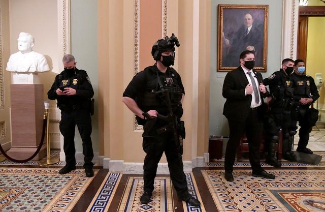 Quốc hội Mỹ họp lại sau bạo loạn của người biểu tình - Ảnh 1.