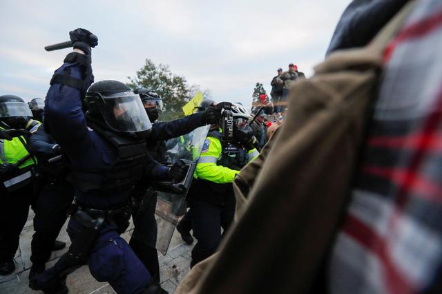 Nóng: Cảnh sát Mỹ rút súng ngăn người ủng hộ ông Trump vào tòa nhà Quốc hội - Ảnh 1.