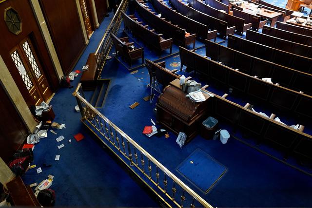 Nóng: Người phụ nữ trúng đạn trong tòa nhà Quốc hội đã chết - Ảnh 1.
