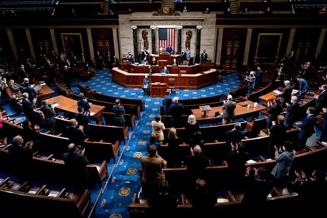 4 người chết ở khu vực điện Capitol, Quốc hội bác phản đối đầu tiên về kết quả bầu cử - Ảnh 1.