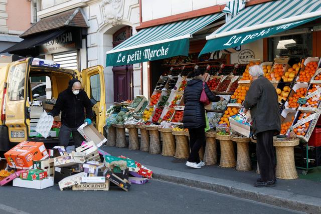 Pháp cấm dùng túi nhựa cho trái cây và rau quả - Ảnh 1.