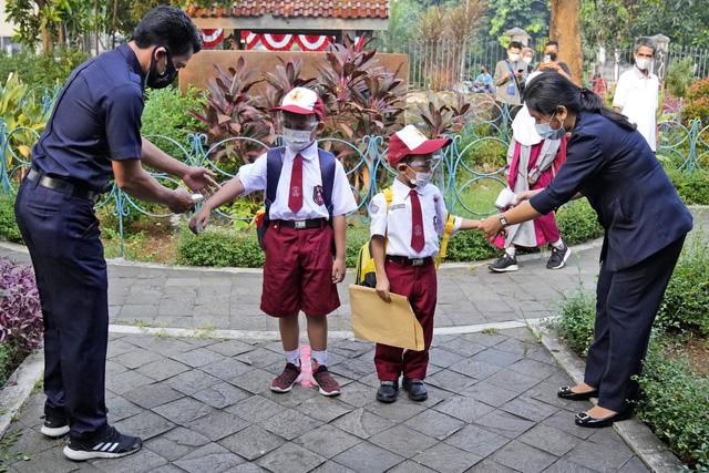 Các trường học ở Indonesia phải đóng cửa nếu tỉ lệ dương tính trên 5% - Ảnh 1.