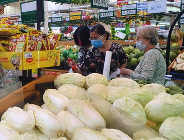 Sau Tết, người dân tấp nập mua sắm tại siêu thị - Ảnh 1.