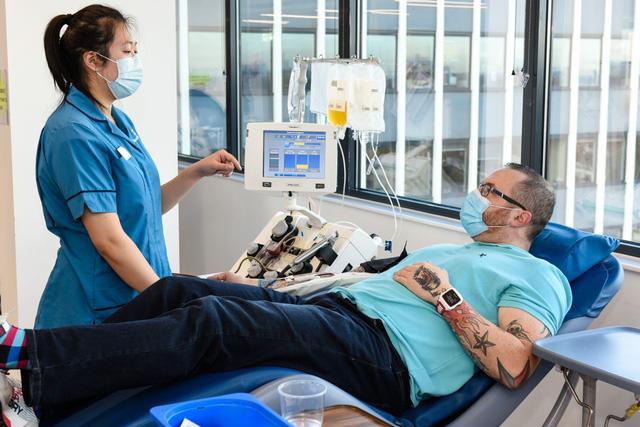 Anh bãi bỏ lệnh cấm hiến tặng huyết tương trong điều trị y tế - Ảnh 1.